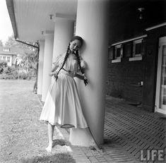 honey-kennedy-nina-leen-nightgowns-life-magazine-1952-02