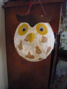 Deze uil lampion maak je met een ballon, zijdepapier en behanglijm. na het drogen knip je de bovenkant bij, maak je gaten voor het ophangsysteem en versier je de snuit met ogen en snavel!