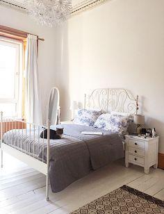 Pretty bedroom deco - and a cat 😺 Bedroom Wooden Floor, White Wooden Floor, Home Bedroom, Bedroom Decor, Decor Room, Bedroom Ideas, Pretty Bedroom, Guest Bedrooms, Guest Room