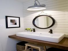 Modern Farmhouse Bathroom | Home improvement and design ideas to help you improve the look and ...