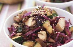 Rodekoolsalade met kip en courgette