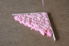 'Soft corner'. Materiaal: plint en suikerspin