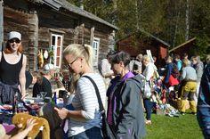 Pohjois-Pohjanmaan museon henkilökuntayhdistys pitää markkinoilla kirpputoria. Luuppi, Oulu (Finland)