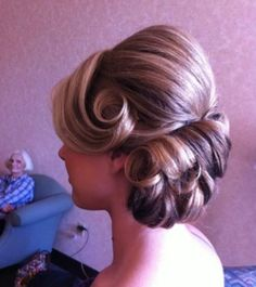Time to rock the pinup or rockabilly dos with these fancy Quinceanera hairstyles inspired by a fashion era of experimentation with great success. Vintage Hairstyles, Up Hairstyles, Pretty Hairstyles, Braided Hairstyles, Wedding Hairstyles, Wedding Updo, Hairstyle Photos, Hairstyle Braid, Vintage Updo