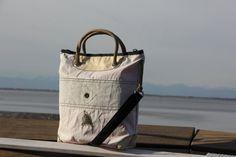 Borsa a mano in vela riciclata dacron con angoli in pelle    #handmade #bag #borsa #sailbag #borsavela #unique #artigianale #madeinitaly #bolina #sail #vela #lignano #recycled #riciclo #dacronbag #classic #classicline #leather #sailleather