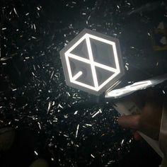 Hoa giấy nà  ----- 180319-16 The ElyXiOn in BKK  #EXO #EXOgoods #EXOthings #dark #exolightstick