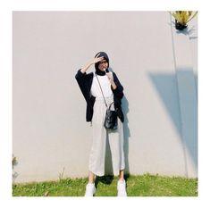 Modern Hijab Fashion, Hijab Fashion Inspiration, Muslim Fashion, Casual Hijab Outfit, Ootd Hijab, Ootd Poses, Black Hijab, Model Poses Photography, Fashion Outfits