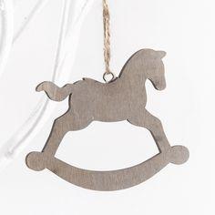 Μπομπονιέρες αλογάκι κρεμαστό ξύλινο.  Διαστάσεις : 9x6cm  Η τιμή αφορά έτοιμη δεμένη μπομπονιέρα με κουφέτα Χατζηγιαννάκη & τούλι .