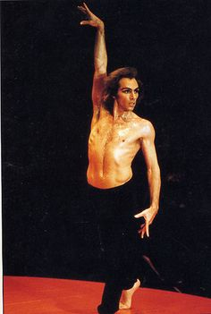 Le Boléro...  En 1979, c'est Jorge Donn qui s'en empare et crée, pour la première fois, une version masculine. Danseur, interprète, muse, directeur de ballet… il est indissociable de l'œuvre de Maurice Béjart.