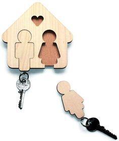 olhem só que lembrancinha ou save the date mais incrível e útil! Porta chaves de madeira com bonequinhos do casal!