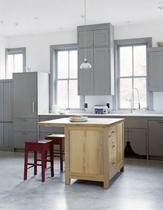 Modern Shaker Kitchen with lovely grey painted cabinets Modern Shaker Kitchen, Shaker Style Kitchens, Modern Farmhouse Kitchens, Shaker Style Cabinets, Grey Cabinets, Kitchen Cabinets, Küchen Design, House Design, Interior Design