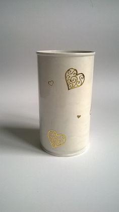 Plechová dóza - zlaté srdce Plechová dóza lakovaná, zlatými lepenými srdíčky Výška 10,5 cm, průměr cca 7 cm. Krásná funkční ozdoba pracovního stolu malé školačky.