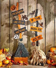 This Halloween Witch& Broom is the perfect accent for the entryway or beside the fireplace. It features natural elements such as grapevine, burlap and raffia alongside spooky accents and a clever phrase. Once trick-or-treat is over, it easily disassembl Halloween Prop, Noche Halloween, Halloween Wood Crafts, Halloween School Treats, Adornos Halloween, Theme Halloween, Diy Halloween Decorations, Holidays Halloween, Halloween Witches