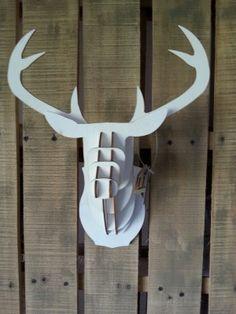 3D hertenkoppen van hout in het wit en grijs verkrijgbaar