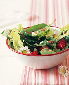 Erdbeeren mit Spinat und Feta - Aromatische Frühlingssalate - [LIVING AT HOME]