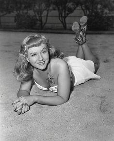 Vintage Hollywood, Hollywood Glamour, Classic Hollywood, Old Paris, Old London, Paulette Goddard, Cinema, Sophia Loren, Hollywood Actor
