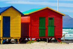 Südafrika: Muizenberg Beach in der Kapregion, ein Paradies für alle Surfer und mit den bunten Strandhütten ein großartiges Fotomotiv.