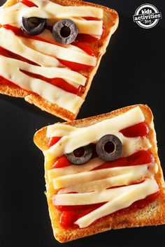 4 {Not So Scary} Halloween food and snack ideas Fun and yummy Halloween lunch ideas for a festive kids meal. Halloween Snacks, Comida De Halloween Ideas, Buffet Halloween, Scary Halloween Food, Soirée Halloween, Halloween Treats For Kids, Halloween Goodies, Holiday Treats, Holiday Recipes