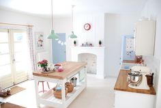 white, wood and pastel kitchen Kitchen Post, Cute Kitchen, Family Kitchen, Happy Kitchen, Open Kitchen, Island Kitchen, Bright Kitchens, Home Kitchens, Deco Pastel