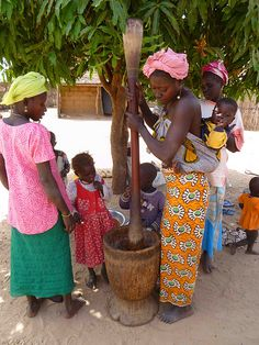 Senegal: Nothing fancy or expensive. That& how I was carried as a toddler! You& be amazed at how comfortable this is :) Senegal: Nothing fancy or expensive. Thats how I was carried as a toddler! Youd be amazed at how comfortable this is :) African Life, African Culture, African Women, African Tribes, African Diaspora, We Are The World, People Around The World, Seychelles, Senegal Africa