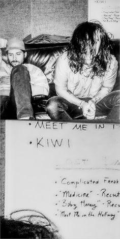 """meet me in the hallway"" & ""kiwi"" on a whiteboard behind 2015 Harry ❤️"