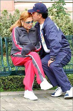 ROCIO JURADO - 4José Ortega Cano besa a su mujer en los jardines del Andersson Hospital, donde ha sido tratada del cáncer que padece.