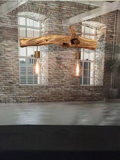 Sehr einzigartige stilvolle Deckenlampe. Ausgestattet mit Carbon-Glühlampen Edison Line Vintage 100W E40 180 LUM Rustikal klar. Carbon Drahtbirne XXL E40 Länge 360 mm. Dicke 230 mm. Der Zweig ist schön strukturiert. Die Farbe des Zweiges verwitterte grau bis hellbraun. Länge des Zweiges. 118 cm Dicke der Eiche Zweig. 12 bis 18 cm. Die Edelstahlkabel mit Schnellklammern sind höhenverstellbar. Von 20 bis maximal 200 cm. Von der Decke. (Dünne Drähte aus rostfreiem Stahl, dann scheint der Zweig…
