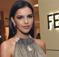 Mariana Rios usa look com costas nuas em inauguração da 'Fendi'