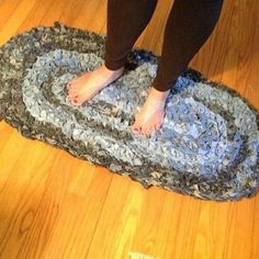 "She cut up her jeans in ""one long strip"" and look what she made for her kitchen sink area: For the Kitchen❤️Denim rug give old jeans new life diy, reupholster<br> This is SO clever! Artisanats Denim, Denim Rug, Denim Quilts, Denim Purse, Blue Denim, Denim Scraps, Fabric Scraps, Scrap Fabric, Fabric Yarn"