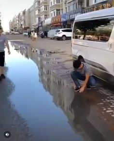 funny videos Playing in the puddles, splash in puddles, making fun of driver, accident car Memes Estúpidos, Funny Video Memes, Videos Funny, 9gag Amusant, Stupid Funny, Funny Jokes, Funny Laugh, Fun Funny, Hilarious