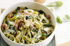 pastagerecht - bacon, tagliatelle, ... - Kook de pasta beetgaar in gezouten water zoals aangegeven op de verpakking.