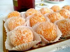 """Mignardises A palavra deriva do francês """"Mignard"""" que significa algo leve, pequeno, delicado e de aspecto requintado. As Mignardises, são pequenos doces servidos no final das refeições, após a sob…"""