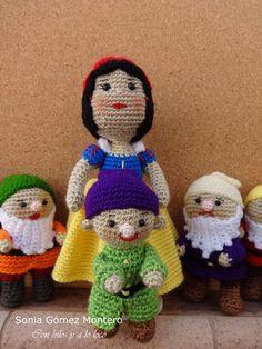 Blancanieves huyendo de su madrastra encontró en el bosque una casita muy pequeñita. Dentrohabíauna mesita con 7 silllitas, también... Amigurumi Free, Crochet Disney, Creative Decor, Movie Characters, Snow White, Crochet Hats, Dolls, Knitting, Blog