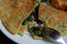 Esta receita de omelete vegano pode ser feita com ou sem glúten. Para a versão sem glúten, basta substituir a aveia por linhaça moída. Receita do blog Papa Capim.