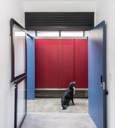 Casa Azul   Galeria da Arquitetura Estilo Tropical, Garage Doors, Outdoor Decor, Home Decor, Timber Deck, Red Cabinets, Lighting Design, Blue Home, Houses