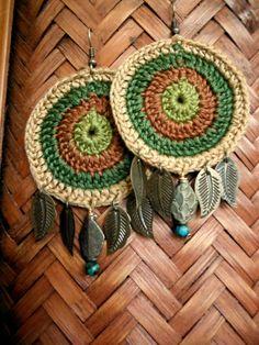Earthy crochet earrings adorned with leaves by Crochet Art, Crochet Crafts, Crochet Flowers, Crochet Projects, Crochet Patterns, Wire Jewelry Earrings, Earrings Handmade, Quilling Earrings, Jewellery