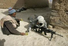 If you think that there's no place for kindness and compassion at war, think again. This US soldier had to patrol the area for a long period of time. An Afghan man decided to help him by bringing a cup of tea to save the soldier from the devastating heat. Photo Choc, Powerful Pictures, Make You Cry, American Soldiers, Belle Photo, Wells, Alabama, Thought Provoking, All About Time