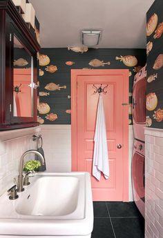 дверь кораллового цвета в ванной с черными обоями