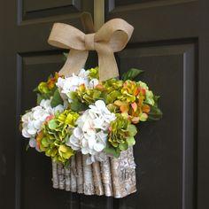 frische Hortensien im kreativen Körbchen an der Haustür