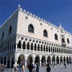 Le palais des doges Venise - Résidence des doges jusqu'en 1797, il fut partiellement remanié au début de la Renaissance. Ses façades ajourées, ornées de colonnes, sont en marbre rose et blanc. Un balcon de cérémonie, de style gothique flamboyant, fut ajouté en 1404