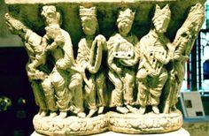 MusicArt CAPITEL CON MÚSICOS. (Cloître de l'Abbaye de Boscherville).  Dans le cloître du XIIe siècle, ce chapiteau en pierre calcaire surmontait deux colonnes géminées. Il présente onze musiciens, hommes et femmes, richement vêtus, qui jouent, seuls ou à deux, d'instruments de musique : HARPE, CARILLON , VIÈLE  à ROUE, FLUTE  de PAN , CITARE, LYRE , PSALTERIUM ou REBEC . A l'extrémité du cortège, une jongleresse est dressée sur la tête, perchée sur un escabeau. Le sculpteur a représenté un…