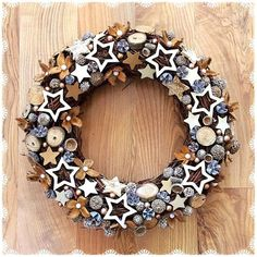 Rustic Natural Fruits Wreath Winter Decoration Easy tips for How to Decorate a Christmas wreath. This is a wonderful way to add charm to your holiday on a budget! Christmas Advent Wreath, Christmas Tree Toy, Xmas Wreaths, Handmade Christmas Decorations, Christmas Centerpieces, Holiday Decor, Pine Cone Crafts, Diy Wreath, Creations