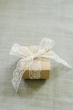 Diy: wedding favor boxes, 5 ways diy wedding gifts, wedding gift wrapping. Wedding Gift Wrapping, Diy Wedding Gifts, Rustic Wedding Favors, Wedding Favor Boxes, Diy Wedding Decorations, Diy Gifts, Diy Ribbon, Lace Ribbon, Craft Booth Displays