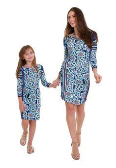 4f0f6c1eb O vestido midi infantil estampado com mangas 3/4 da Manola é feito em