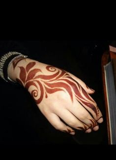 Discovered by júņğľíí bíľľí. Find images and videos on We Heart It - the app to get lost in what you love. Modern Henna Designs, Rose Mehndi Designs, Khafif Mehndi Design, Henna Art Designs, Mehndi Designs For Beginners, Dulhan Mehndi Designs, Mehndi Designs For Fingers, Mehndi Design Photos, Latest Mehndi Designs