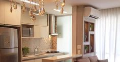 Um apartamento pequeno e luxuoso, com salas de jantar e estar integradas com cozinha, num projeto de arquitetura e decoração que une o estilo contemporaneo e clássico.