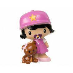 Una hermosa figura idónea para bautizos o nacimientos de niñas. La bebé Sakadogui es una niña que va acompañada de su mascota, una perrita que lleva un lazo rosa en la cabeza y un collar de perlas blancas. La niña va con vestido, chupete, zapatos y gorra con una estrella, todo de color rosa. Mide 17 cm.   Si este año tienes bautizos, Baby Shower o cumpleaños de una niña amante de los animales, este regalo le encantará. http://duldi.com/bebe-nena-bautizos.html