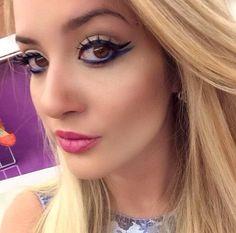 A blogueira @liviabrasilc usando lápis azul e cílios postiços da NYX