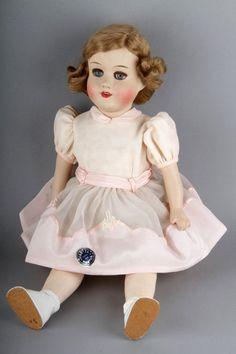 Luukku 1. Jokaisen pikkutytön unelmajoululahja – Martta-nukke! Martta-nuket ovat Turun Marttojen vuosina 1908 - 1974 valmistamia nukkeja. Martta-nukkien päät ja kädet tehtiin yleensä paperimassasta, vartalo täytettiin sahanpurulla. Marttojen Nukkelan toiminnan aikana tuotantoon otettuja malleja oli yhteensä toistasataa. 1930-luvun alussa syntyi Nukketeollisuuden ehkä suosituin nukkemalli - silmänsä sulkeva, Hollywoodin lapsitähti Shirley Templeä muistuttava Bebe.
