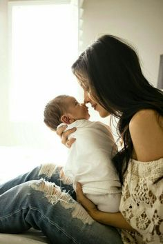Best Mother and Baby photoshoot ideas at home Newborn Baby Photos, Baby Poses, Newborn Pictures, Newborn Session, Baby Pictures, Sibling Poses, Family Pictures, Mama Baby, Baby Boy